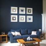 Белые картинки на синей стене