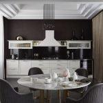 Однорядная расстановка кухонной мебели с белыми фасадами