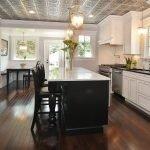 Плиточный потолок на кухне