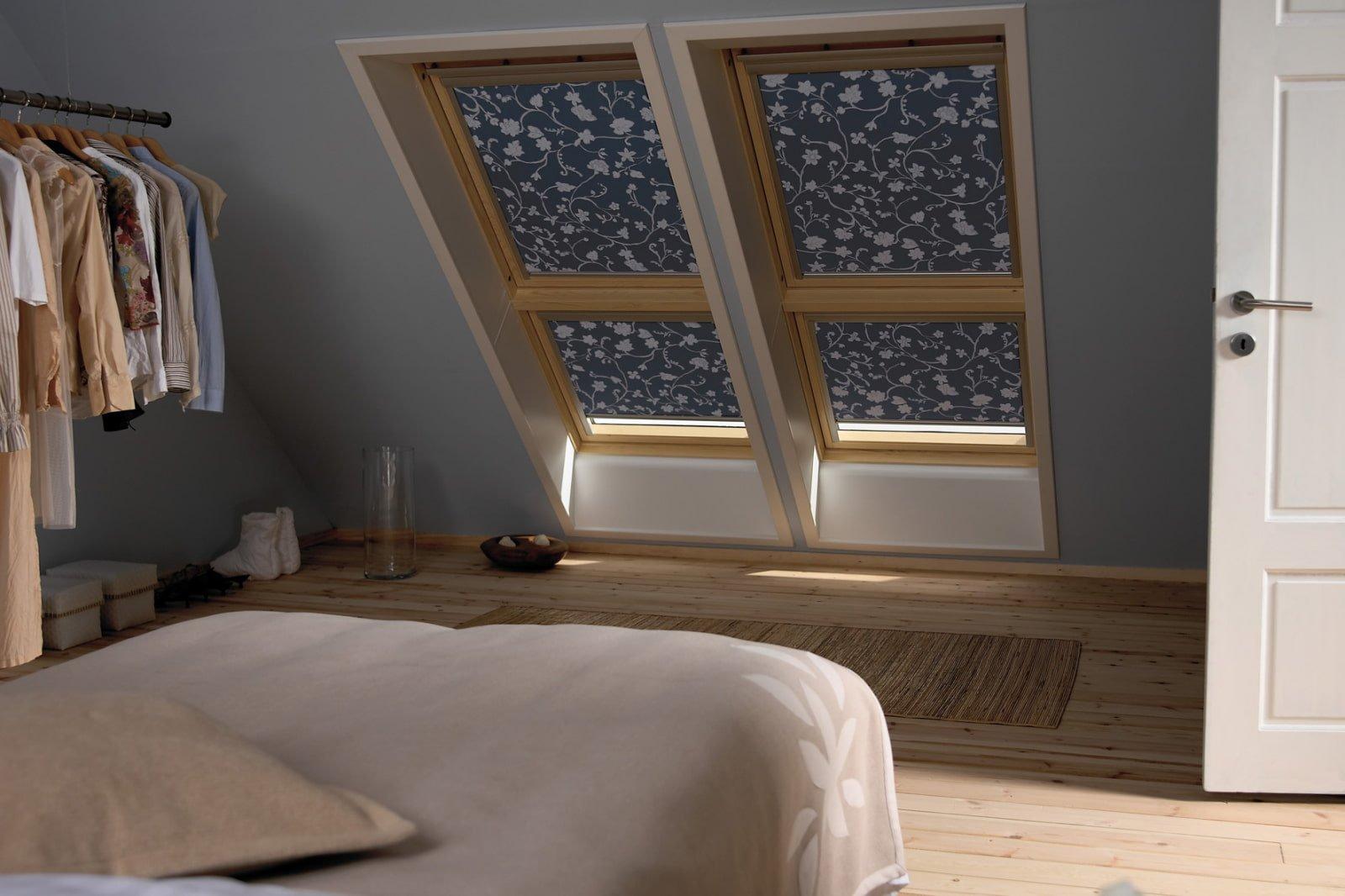 Рулонные шторы на окнах мансарды