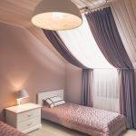 Лампа на тумбочке между кроватями
