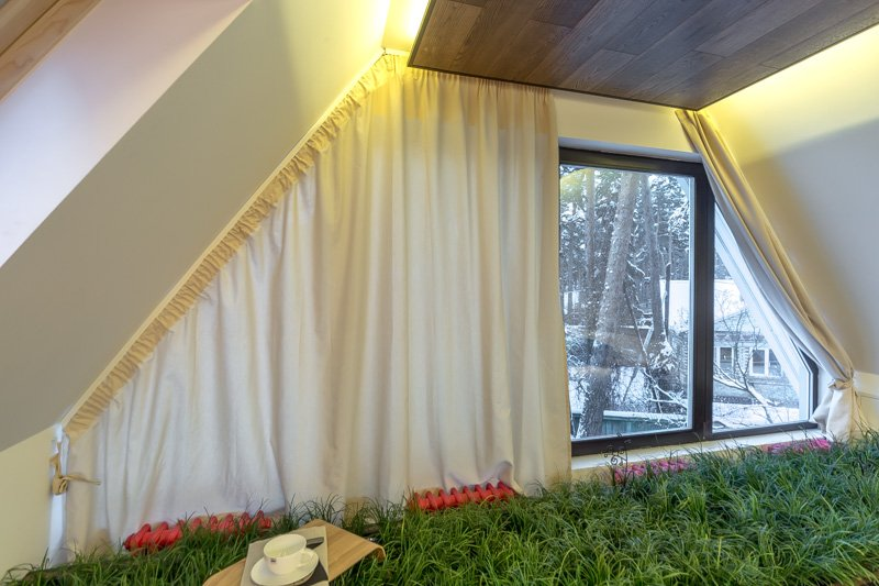 Крепление штор на окнах мансарды