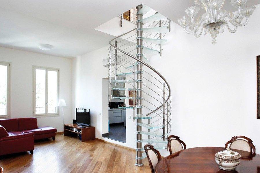 Винтовая лестница со стойкой в интерьере