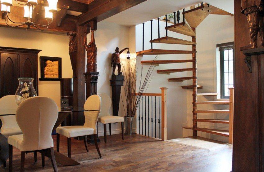 Винтовая лестница из дерева в интерьере