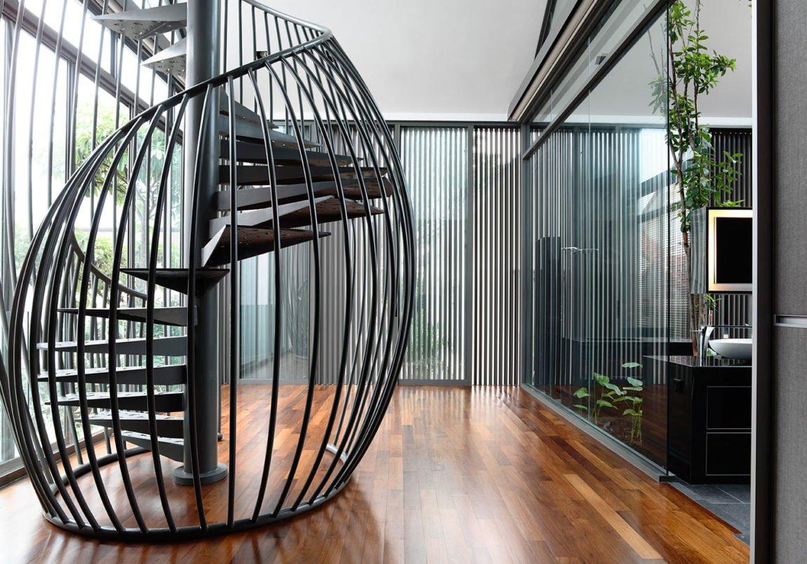 Винтовая лестница из металла в интерьере