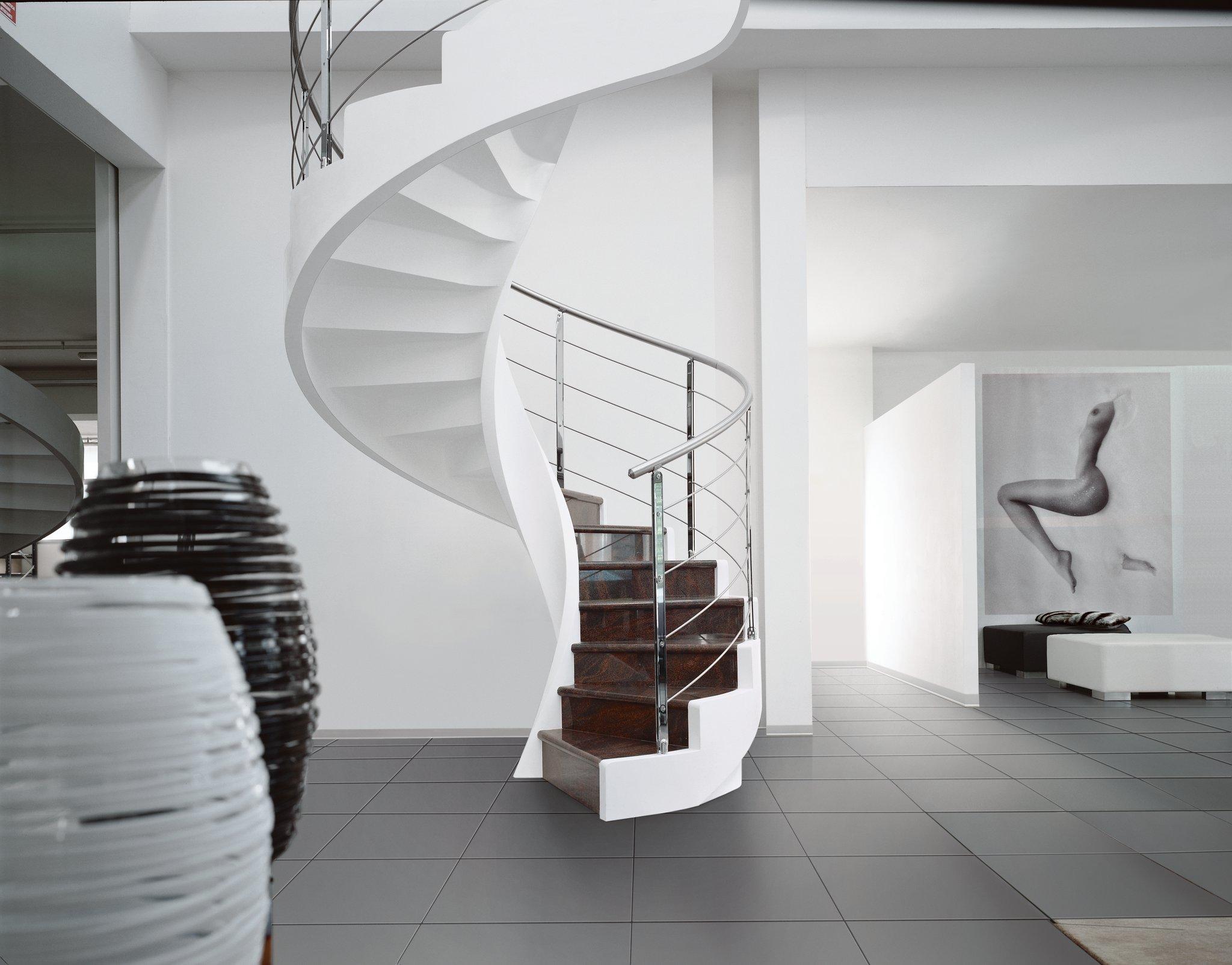 Винтовая лестница из бетона в интерьере