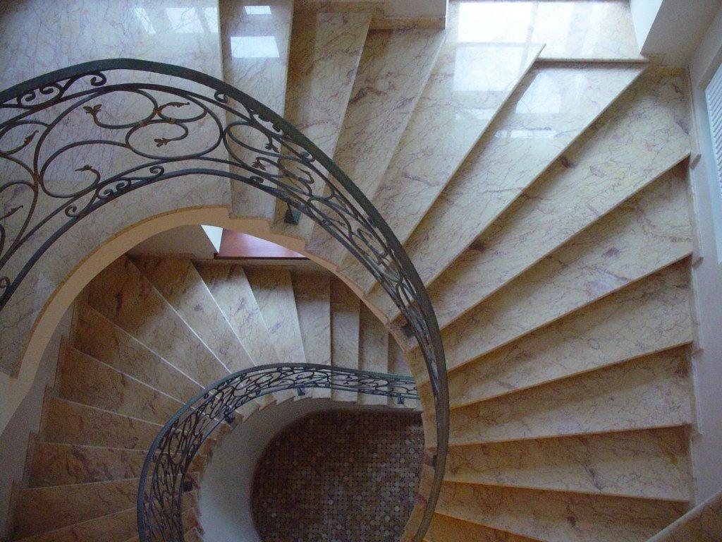 Винтовая лестница из камня в интерьере