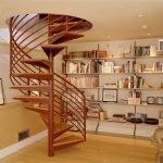 Книжные полки вдоль стены