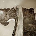 Лестница с мраморными ступеньками