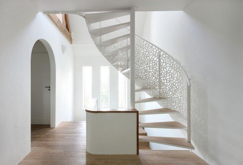 Спиральная винтовая лестница в интерьере