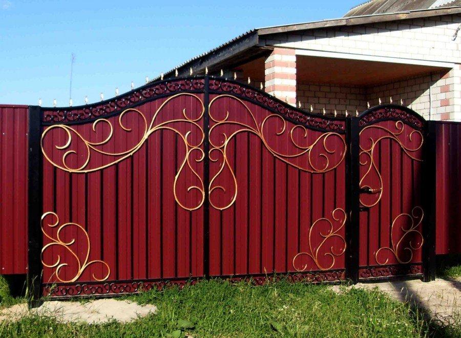 кованые ворота и заборы с профнастилом