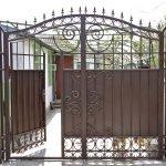 Открытые ворота с калиткой