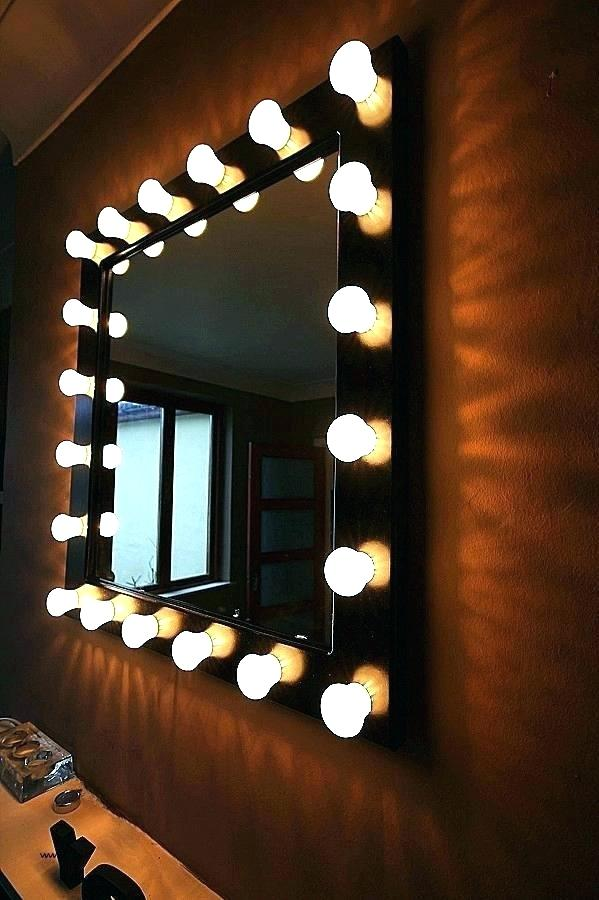 Квадратное зеркало с лампочками