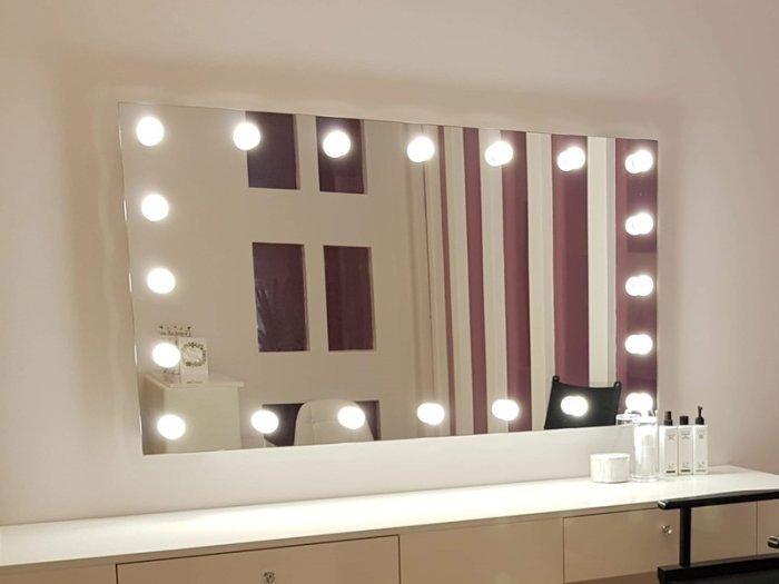 Лампы на зеркале