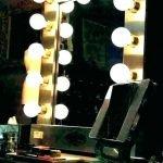 Зеркало с золотистой рамой