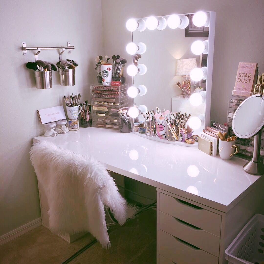 Готовое зеркало с лампами