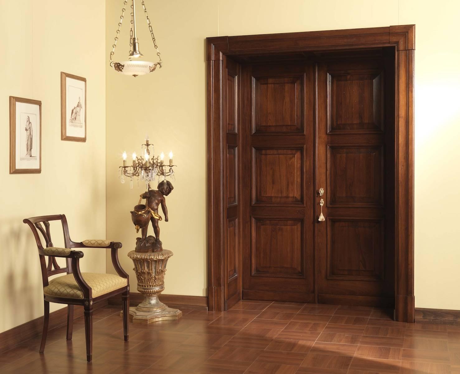 Распашные двери из дерева