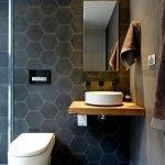 Стена из плитки-сот в туалете