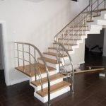 Поворотная лестница на металлическом каркасе
