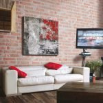 Красные подушки над диваном