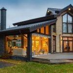 Деревянный дом с большими окнами