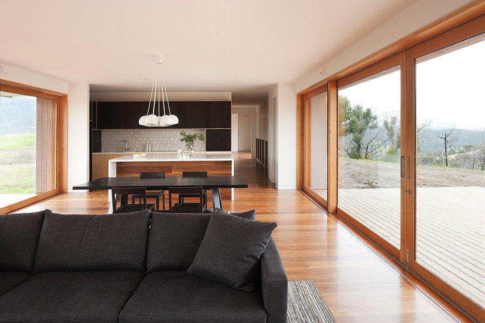 Особенность дома с большими окнами