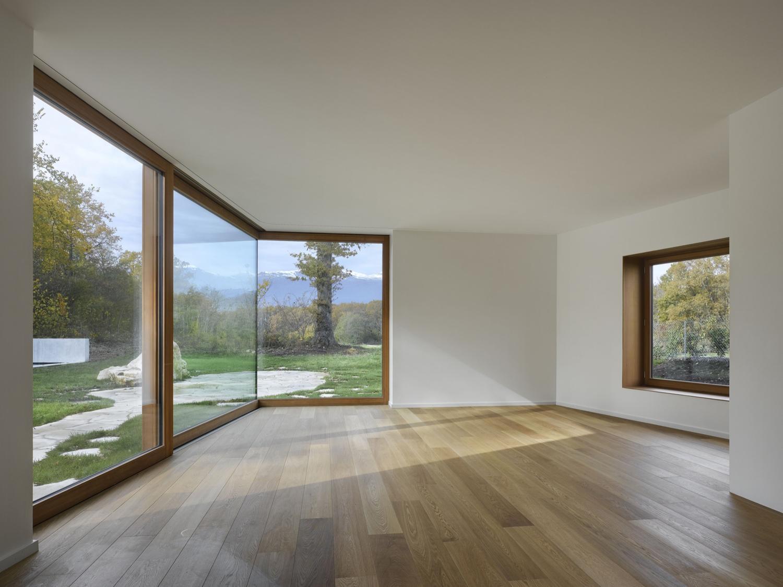 Картинка комнаты без мебели с окном цветения моими
