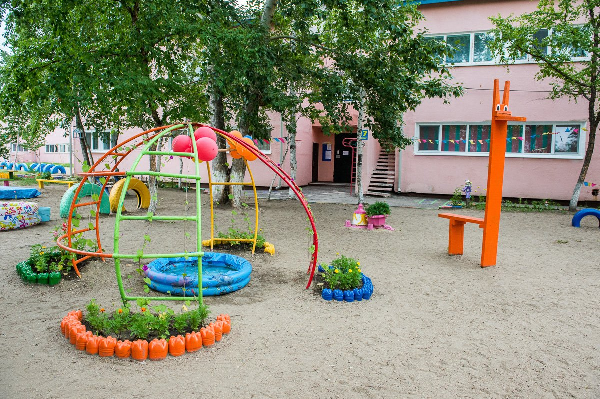 Во дворе детского сада