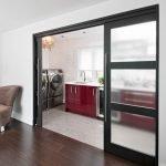 Бардовая мебель на кухне