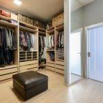 Стеклянная дверь в гардеробной