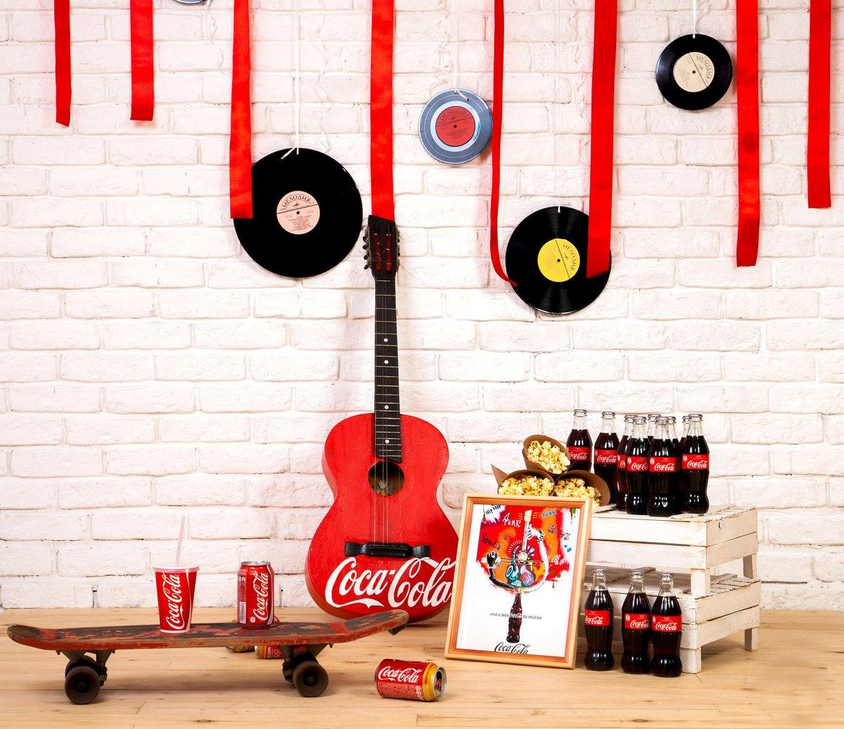 Пластинки на стене