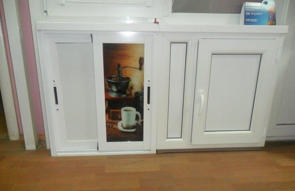 Холодильник с металлопластиковыми дверками под окном