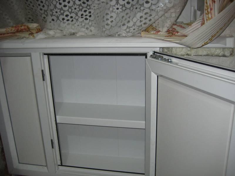 Холодильная камера под окном