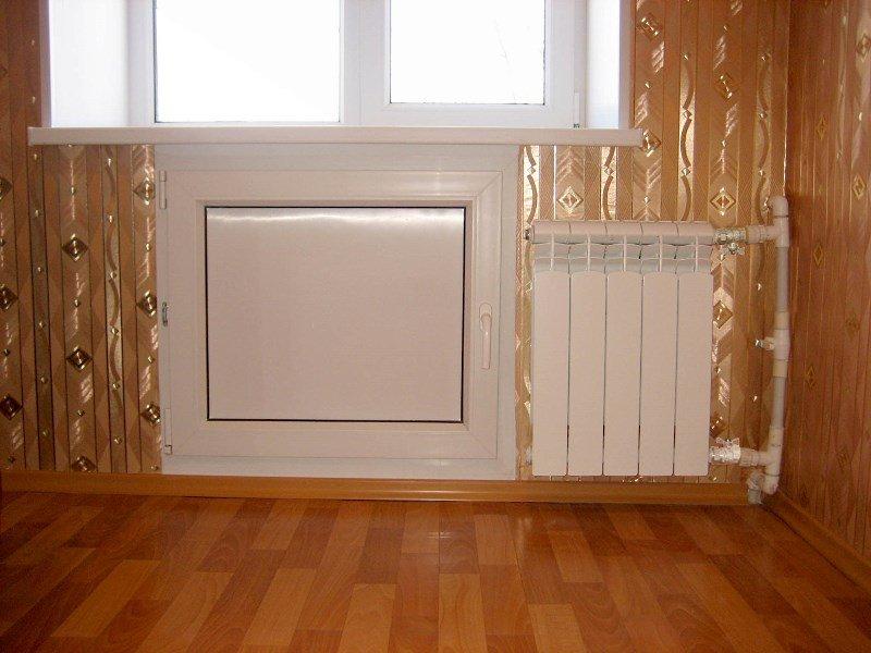 Экономия места - одно из преимуществ холодильника под окном