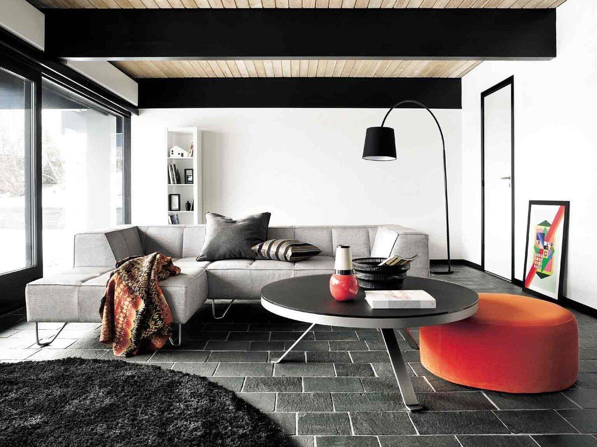 Асимметричная расстановка мебели в комнате