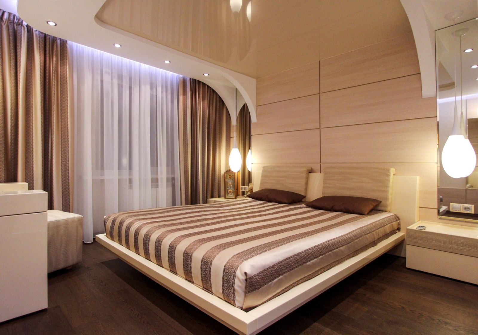 все варианты натяжных потолков для спальни фото ролью