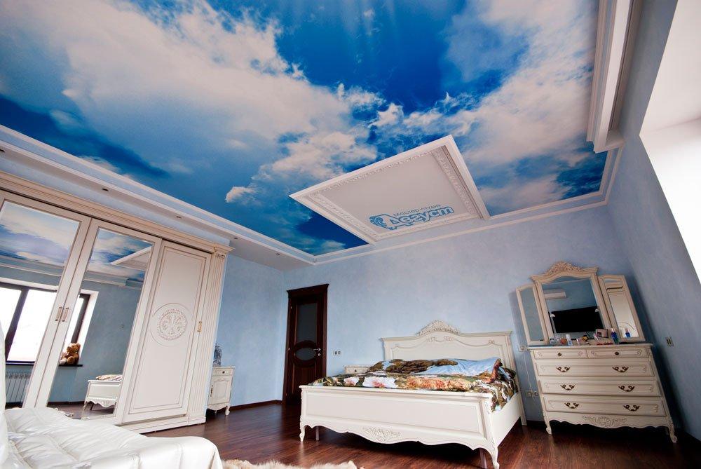 натяжные потолки на кухне с облаками фото включённой адаптивной подсветкой