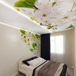 Цветы на стене и потолке