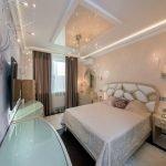 Спальня с современным дизайном натяжного потолка