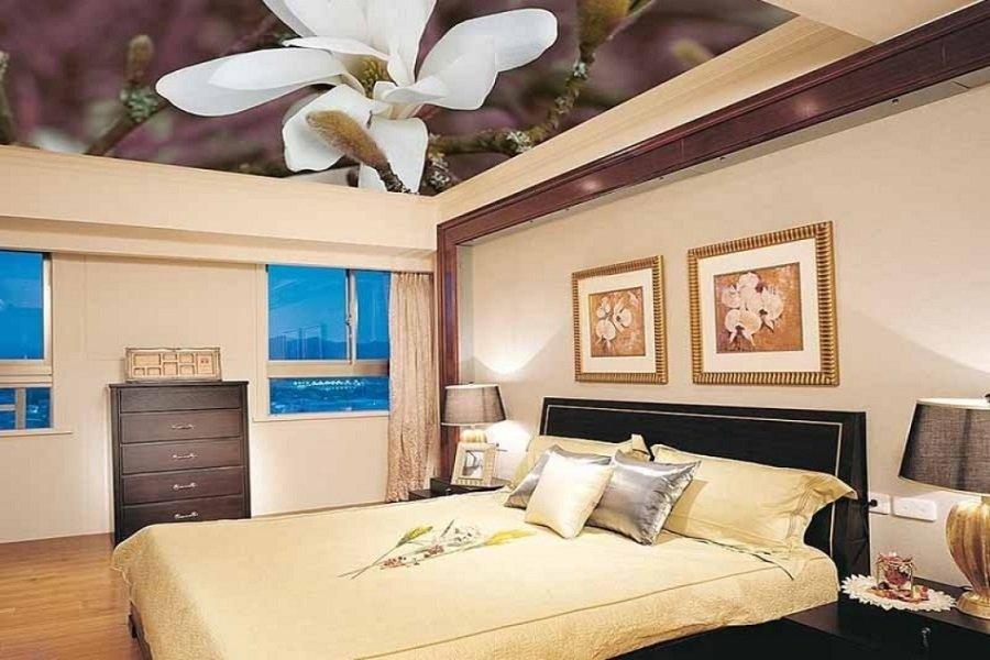 Долговечность - одно из преимуществ натяжного потолка в спальне