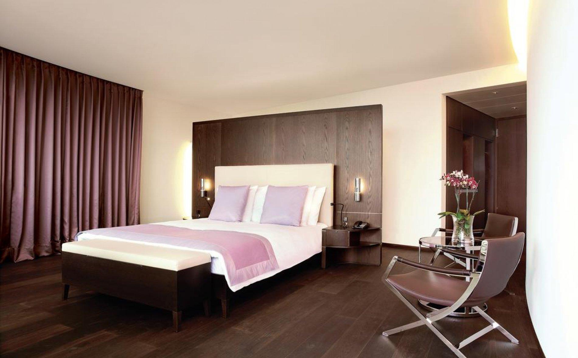 Натяжной потолок в спальне в стиле авангард