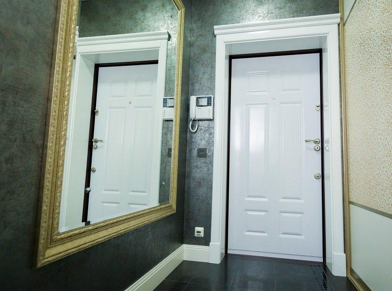 фото квартир с белой входной дверью время