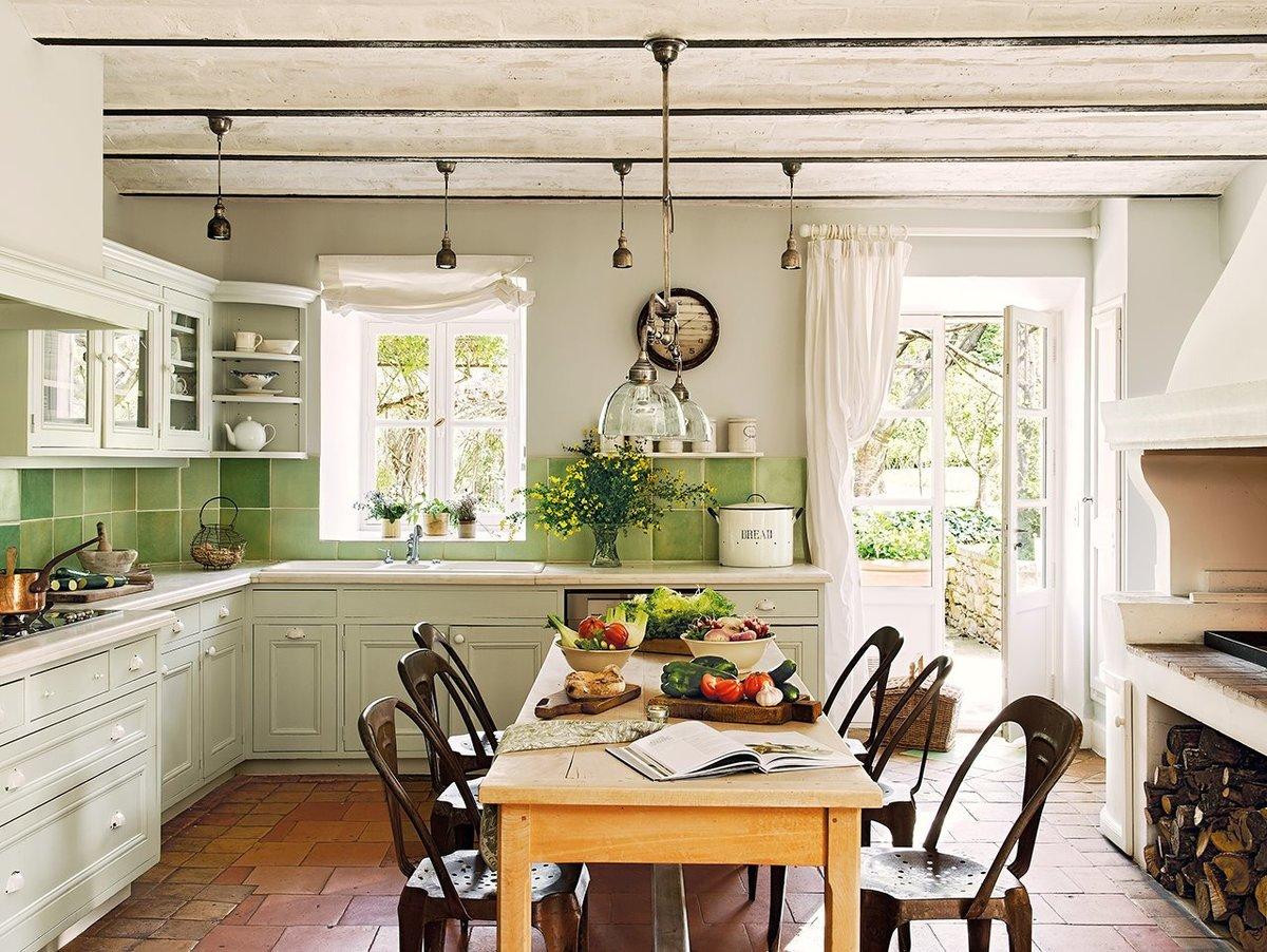 Светлая кухня с зеленым фартукам