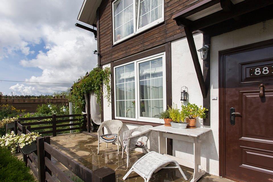 Дом в стиле прованс с деревянными окнами