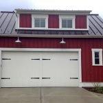 Красный гараж с белыми воротами