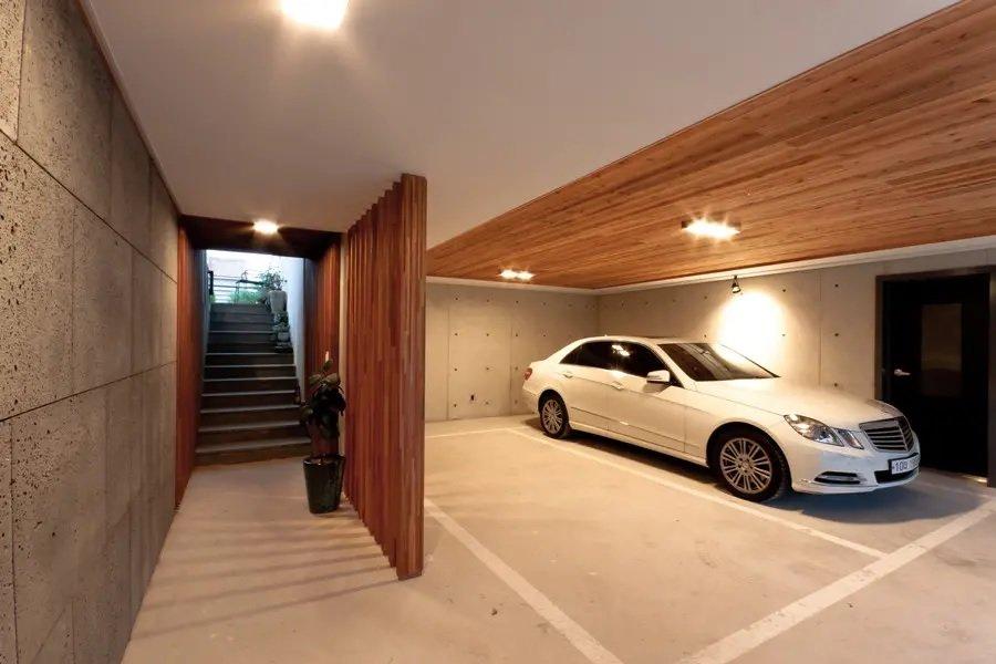 также фото гаражей в частных домах внутри запросу