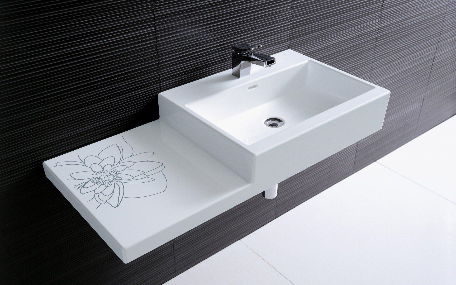 Неширокая раковина в ванной