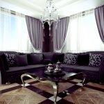 Сиреневые диван и шторы