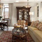 Мебель из темного дерева в гостиной