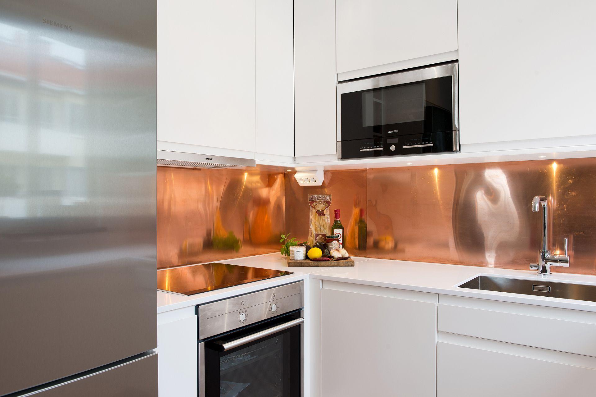 Белая кухня с медным фартуком